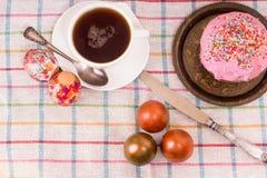 Frühstücken Sie für Ostern - Eier und ein kleiner Kuchen Stockbild