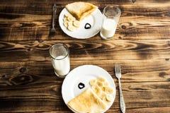 Frühstücken Sie für zwei, kräuseln Sie mit Banane und Milch Lizenzfreie Stockbilder