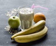 Frühstücken Sie mit Banan-, Apfel- und Orangensmuzze Stockfotos