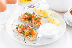Frühstücken Sie mit Brot, gesalzenem Lachs- und Frischkäse Stockfotos