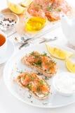 frühstücken Sie mit Brot, gesalzenem Lachs- und Frischkäse, Draufsicht Stockfotografie