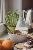 Frühstücken Sie mit dunklem Brot mit Weißkäse und Stau Stockbilder