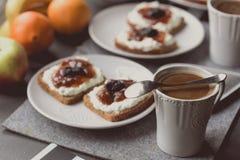 Frühstücken Sie mit dunklem Brot mit Weißkäse und Stau Lizenzfreies Stockbild