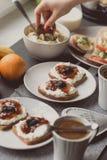 Frühstücken Sie mit dunklem Brot mit Weißkäse und Stau Lizenzfreie Stockfotos