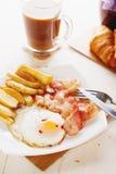Frühstücken Sie mit Eiern, Speck, Pommes-Frites und Kaffee Stockbild