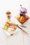 Frühstücken Sie mit Eiern, Speck, Pommes-Frites und Kaffee Stockbilder