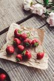 Frühstücken Sie mit Erdbeeren und Blumen auf der rustikalen Tabelle Gesundes Frühstück, Stockbilder
