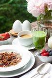 Frühstücken Sie mit gemachtem Hauptgranola, grünem Smoothie und Beeren Lizenzfreie Stockbilder