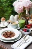 Frühstücken Sie mit gemachtem Hauptgranola, grünem Smoothie und Beeren Lizenzfreies Stockfoto