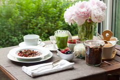 Frühstücken Sie mit gemachtem Hauptgranola, grünem Smoothie und Beeren Lizenzfreie Stockfotografie