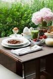 Frühstücken Sie mit gemachtem Hauptgranola, grünem Smoothie und Beeren Stockbild