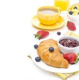 Frühstücken Sie mit Hörnchen, Stau, frische Beeren, Kaffee stockfotografie
