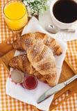 Frühstücken Sie mit Hörnchen, Stau, Tasse Kaffee und Orangensaft stockfoto