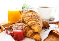 Frühstücken Sie mit Hörnchen, Stau, Tasse Kaffee und Orangensaft lizenzfreie stockfotografie