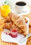 Frühstücken Sie mit Hörnchen, Tasse Kaffee und Orangensaft lizenzfreie stockfotos