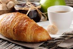Frühstücken Sie mit Kaffee, französischem Hörnchen und Störung Stockfotos