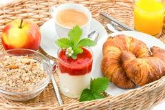 Frühstücken Sie mit Kaffee, Hörnchen und Orangensaft Stockbilder
