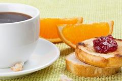 Frühstücken Sie mit Kaffee, Toast, Kirschmarmelade und Orange Stockfoto