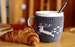 Frühstücken Sie mit Kaffee und frischem Hörnchen auf Holztisch Unscharfer Hintergrund Stockbilder