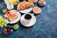 Frühstücken Sie mit Pfannkuchen, Früchte, Nüsse, Kaffee Lizenzfreies Stockfoto