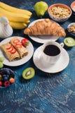 Frühstücken Sie mit Pfannkuchen, Früchte, Nüsse, Kaffee Lizenzfreie Stockbilder