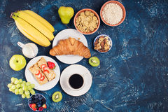 Frühstücken Sie mit Pfannkuchen, Früchte, Nüsse, Kaffee Lizenzfreie Stockfotografie