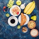 Frühstücken Sie mit Pfannkuchen, Früchte, Nüsse, Kaffee Stockfotos