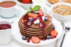 Frühstücken Sie mit Pfannkuchen mit Sahne, Fruchtsoße und frischer Beere Lizenzfreie Stockbilder