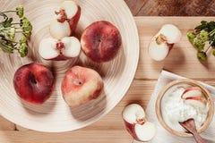 Frühstücken Sie mit reifen Pfirsichen und Hüttenkäse auf hölzernem Bretthintergrund Lizenzfreie Stockfotos