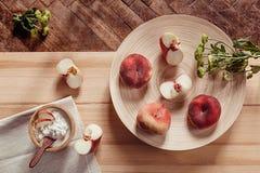 Frühstücken Sie mit reifen Pfirsichen und Hüttenkäse auf hölzernem Bretthintergrund Stockbilder