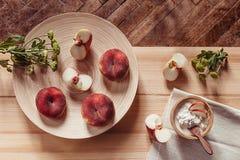 Frühstücken Sie mit reifen Pfirsichen und Hüttenkäse auf hölzernem Bretthintergrund Stockfotos