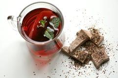 Frühstücken Sie mit Tee und Schokolade auf weißer Tabelle Lizenzfreies Stockfoto
