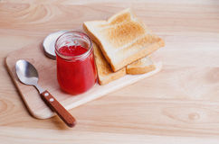 Frühstücken Sie mit Toast und Erdbeermarmelade auf Holztisch Stockbild