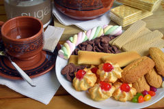 Frühstücken Sie zu Hause mit Tee und Keksen Stockfotografie