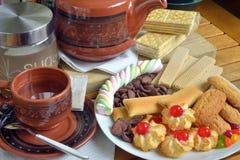 Frühstücken Sie zu Hause mit Tee und Keksen Lizenzfreies Stockbild