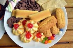 Frühstücken Sie zu Hause mit Tee und Keksen stockbilder