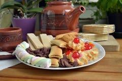 Frühstücken Sie zu Hause mit Tee und Keksen Stockbild