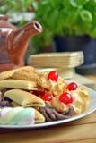 Frühstücken Sie zu Hause mit Tee und Keksen Stockfoto