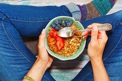 Frühstücken sitzend auf dem Boden Stockfotografie
