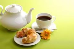 Frühstückkonzept mit Kaffee und Hörnchen lizenzfreie stockbilder
