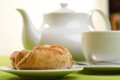 Frühstückkonzept mit Kaffee und Hörnchen stockbild