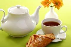 Frühstückkonzept mit Kaffee und Hörnchen lizenzfreies stockfoto