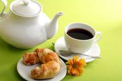 Frühstückkonzept mit Kaffee und Hörnchen lizenzfreie stockfotos