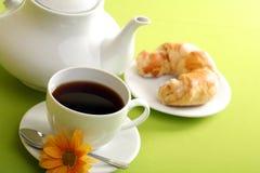 Frühstückkonzept mit Kaffee und Hörnchen lizenzfreie stockfotografie