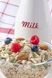 Frühstücks-Beeren-Getreide-Milch Stockfoto