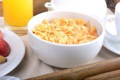 Frühstücksbehälter mit Orangensaft, Getreide und Früchten Lizenzfreies Stockbild