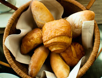 Frühstücksbrötchen im Korb Stockbild