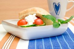 Frühstücksbrötchen und -kaffee lizenzfreies stockfoto