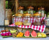 Frühstücksbuffet am Luxus-Resort stockfotografie