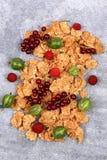 FrühstücksCorn Flakes mit frischen Beeren auf einem Steinhintergrund Lizenzfreies Stockbild